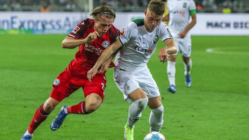 Luca Netz von Borussia Mönchengladbach im Zweikampf mit Patrick Wimmer von Arminia Bielefeld am 12. September 2021 im Borussia-Park.