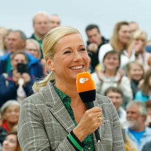 Andrea Kiewel, Moderatorin des ZDF-Fernsehgartens, aufgenommen während einer Show.