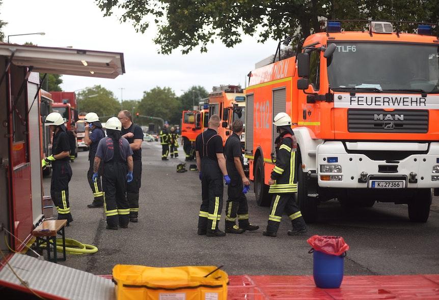 Die Feuerwehr Köln steht in Uniform vor dem Werk von Coca-Cola in Ossendorf.