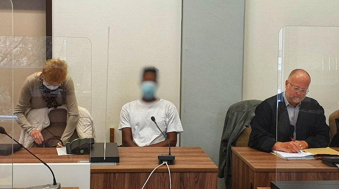 Kölner Landgericht: Der Angeklagte Michael K. mit seinem Rechtsanwalt Harald Nuß (rechts) und seiner Dolmetscherin