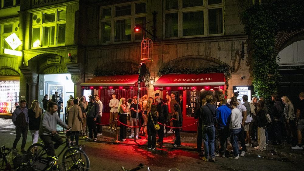 Menschen stehen am 3. September 2021 vor einem Nachtclub. Dänemark definiert Covid-19 künftig nicht mehr als eine Pandemie, die in einem hohen Grad die Gesundheit der Bevölkerung bedroht.
