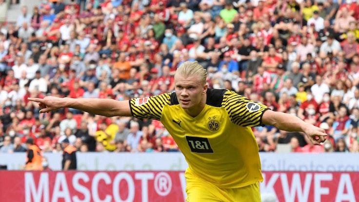 Erling Haaland jubelt für Borussia Dortmund bei Bayer Leverkusen.
