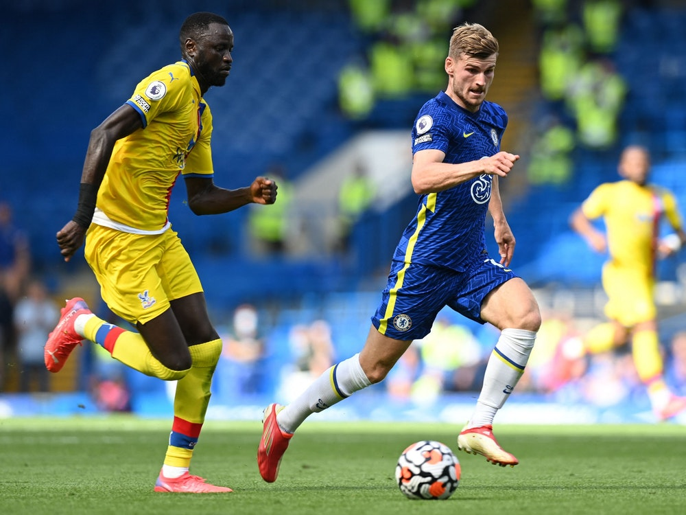 Chelseas Stürmer Timo Werner (r) kontrolliert den Ball im Spiel gegen Crystal Palace.