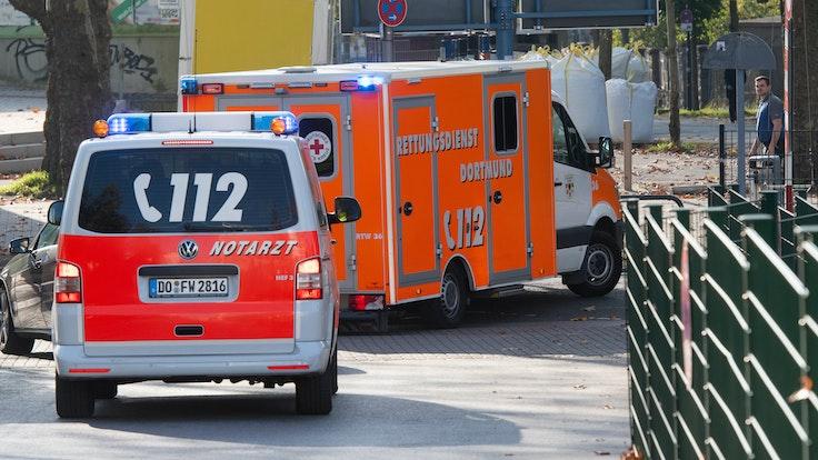 Ein Rettungswagen gefolgt von einem Notarztwagen, verlässt 2019 das Gelände der Dortmunder Westfalenhalle.