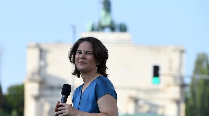 Annalena Baerbock, Kanzlerkandidatin der Grünen, spricht bei einer Wahlkampfveranstaltung auf dem Geschwister-Scholl-Platz, im Hintergrund das Siegestor.