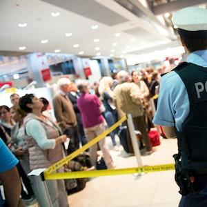 Ein Polizist steht am vor dem Sicherheitsbereich im Terminal 1 am Flughafen Köln/Bonn.