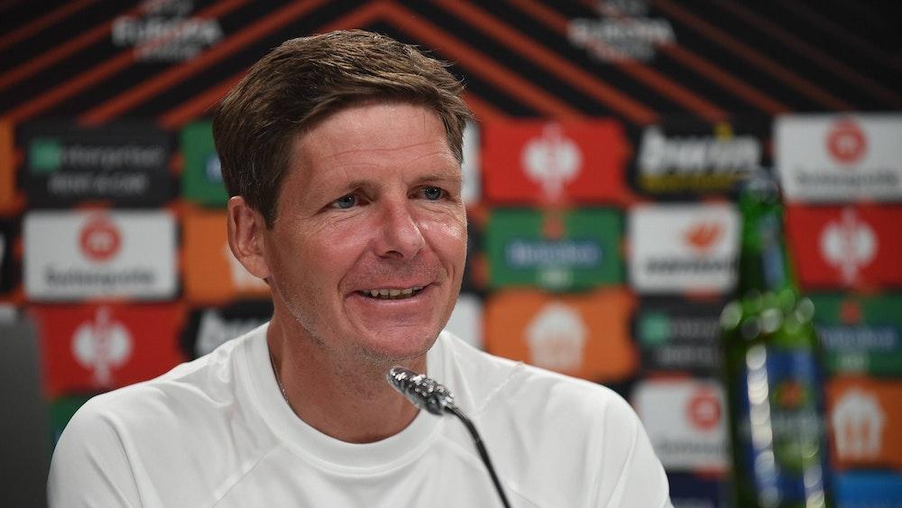 Oliver Glasner lacht während einer Pressekonferenz