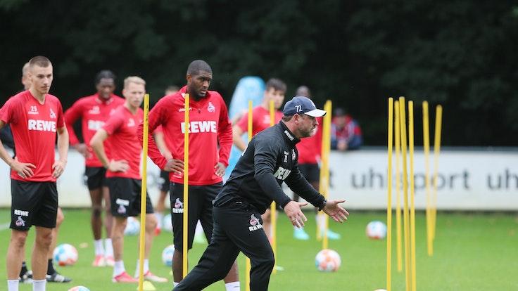 Steffen Baumgart (1. FC Köln) gestikuliert vor seinen Spielern.