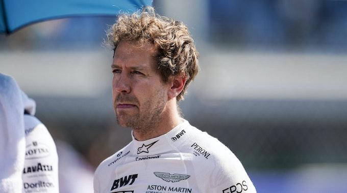 Sebastian Vettel im Rennanzug von Aston Martin, aber ohne Helm.