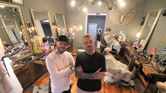 Felix Hohleich und Elmar Heilf stehen im Gentlemen Barber Clubs an der Kyffhäuser Straße in Köln.