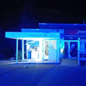 Die betroffene Bank-Filiale in Ratingen-Hösel – die Polizei fahndete am 16. September 2021 nach drei Automatensprengern.