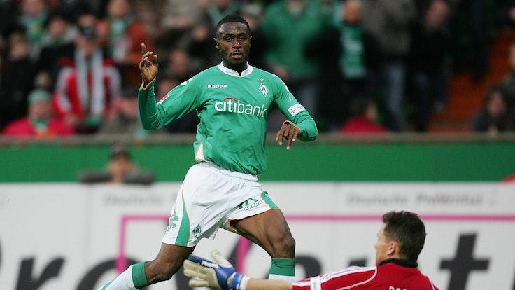 Bremens Sanogo schießt den Ball an Hamburgs Frank Rost vorbei.