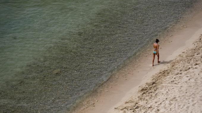 Im Wasser an der Küste wurden die beiden Toten gefunden (hier ein Symbolfoto von einem Strand auf Mallorca von 2021).