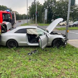 Am Mittwochnachmittag, 15. September, verunfallte ein Audi A5 im Kreuzungsbereich Berghausener Straße/Düsseldorfer Straße in Langenfeld. Infolge überhöhter Geschwindigkeit war er gegen ein Blitzgerät geprallt.