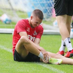 Tim Lemperle (1. FC Köln) mit einer Trainingsverletzung.