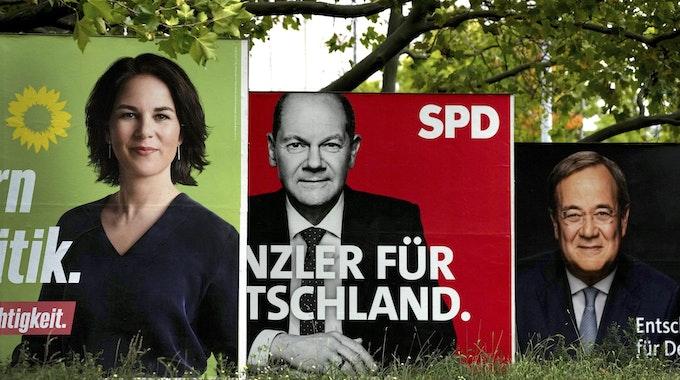 Die drei Kanzlerkandidaten: Olaf Scholz (SPD, Mitte), Armin Laschet (CDU, re.) oder Annalena Baerbock (Grüne). Die Plakate wurden am 16. September 2021 in Berlin fotografiert.