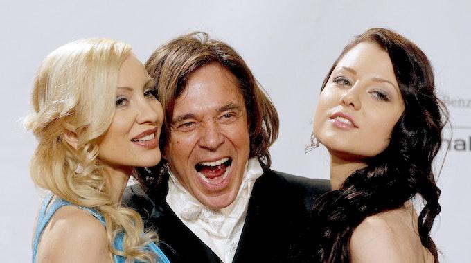 Jürgen Drews und seine Ramona (links) sind seit 1995 verheiratet. Es gibt aber einen Ausdruck, der bei ihnen tabu ist. Unser Archivbild zeigt das Paar mit Tochter Joelina 2013 in Wien.