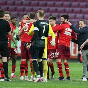 Der 1. FC Köln feiert mit Ex-Manager Horst Heldt den 2:1-Sieg gegen Leipzig