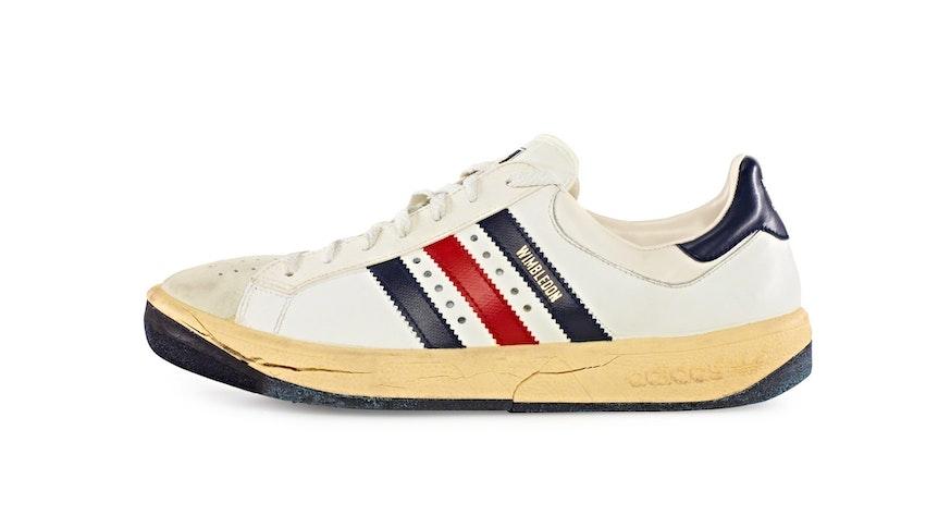 """Ein Adidas-Schuh, Modell """"Wimbledon"""", den der unbekannte Tote trug. Die Bonner Polizei hat nach 27 Jahren den Cold Case """"Mordkaule"""" in der Sendung """"Aktenzeichen XY...ungelöst"""" am 15. September ausgerollt."""