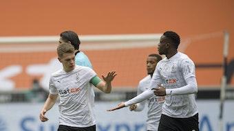 Die beiden Nationalspieler Matthias Ginter (l.) und Denis Zakaria (r.) klatschen sich am 17. April 2021 gegenseitig im Borussia-Park ab. Ginter und Zakaria haben bei Borussia Mönchengladbach noch einen Vertrag bis 2022. Ginter trägt in diesem Spiel gegen Eintracht Frankfurt die Kapitänsbinde.