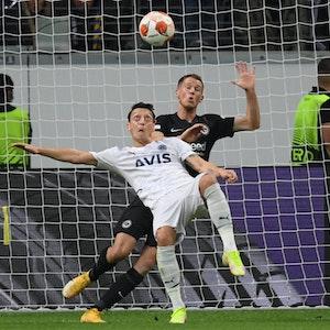 Frankfurts Erik Durm (r) und Istanbuls Mesut Özil kämpfen um den Ball
