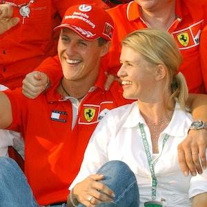 Mit seiner Ehefrau Corinna im Arm jubelt der deutsche Formel-1-Pilot Michael Schumacher nach seinem Sieg beim Großen Preis von Ungarn auf dem Hungaroring bei Budapest.
