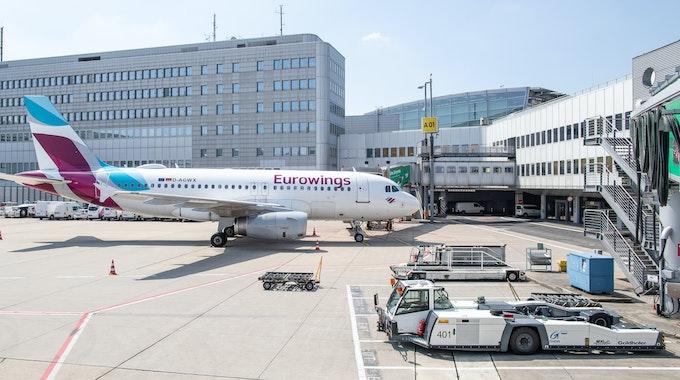 Ein Airbus A319 der Fluggesellschaft Eurowings steht am Düsseldorfer Flughafen an einem Terminal.