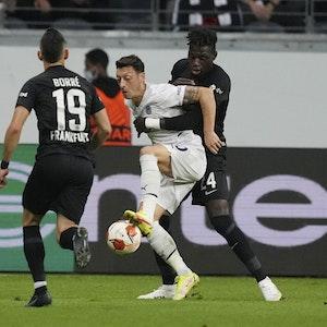 Mesut Özil im Zweikampf mit Mesut Özil