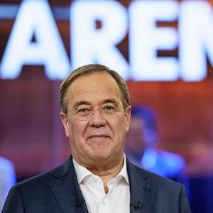 Armin Laschet (CDU), Spitzenkandidat seiner Partei zur Bundestagswahl, steht in der ARD-Wahlarena in der Kulturwerft Gollan und verzieht sein Gesicht.