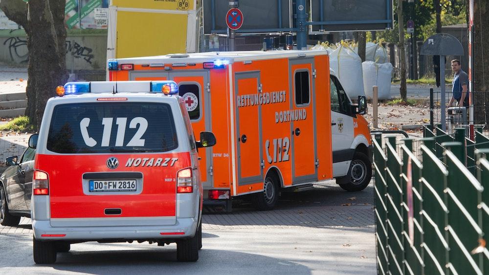 Ein Rettungswagen gefolgt von einem Notarztwagen verlässt am 29. Oktober 2019 das Gelände der Dortmunder Westfalenhalle.