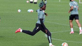 Gladbach-Neuzugang Manu Koné schießt den Ball im Training am 16. September 2021 im Borussia-Park.
