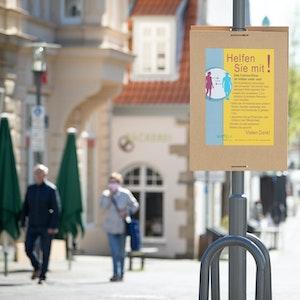 Nach einer rechnerischen Sieben-Tage-Inzidenz in Augustdorf, einer Gemeinde bei Detmold, von über 1000 haben die Behörden Maßnahmen angekündigt. Unser Archivbild zeigt eine Fußgängerzone in Detmold Ende April 2020.