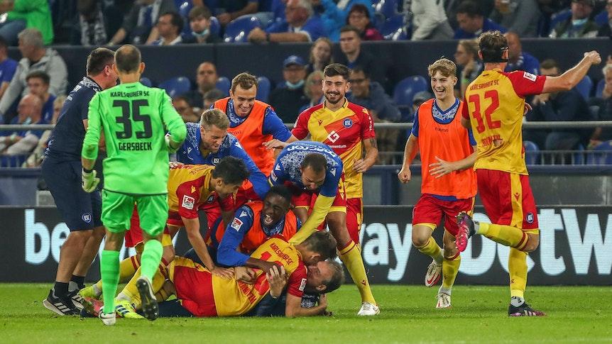 Die Spieler des Karlsruher SC jubeln über das 2:1 gegen den FC Schalke 04.
