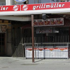 Der geschlossene Imbiss Grillmüller ist zu sehen, davor ein Absperrgitter.
