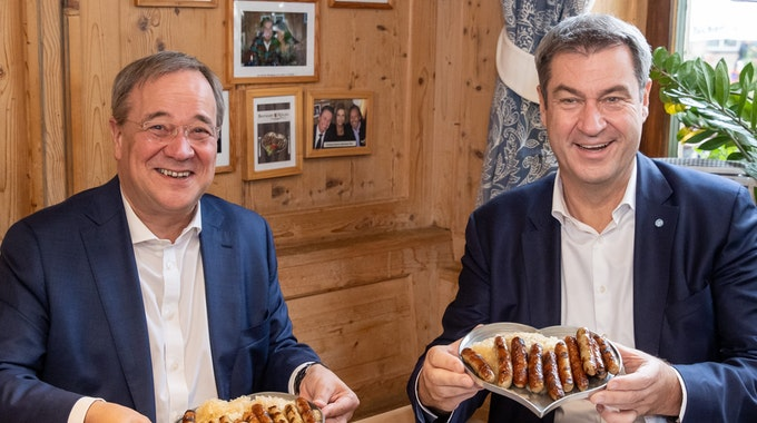 Söder und Laschet essen am Freitag (17. September) Bratwurst in Nürnberg. Ein Live-Bericht von der Szene sorgt bei Twitter für jede Menge Belustigung.