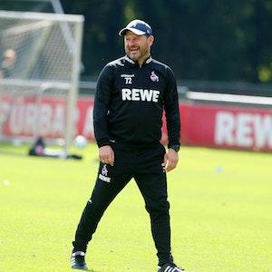 Steffen Baumgart lacht im Training des 1. FC Köln.