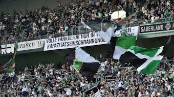 Viele Fans auf der Nordkurve von Borussia Mönchengladbach haben das Team beim Heimspiel gegen Arminia Bielefeld am 12. September 2021 unterstützt.