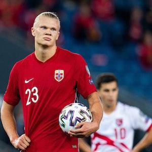 Norwegens Erling Haaland hält den Ball beim Spiel gegen Gibraltar in der Hand.