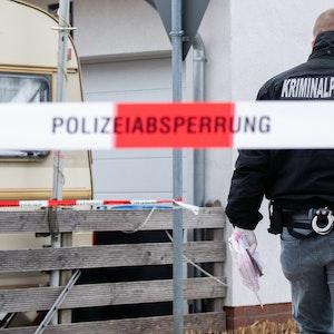 Mitarbeiter der Kriminalpolizei sichern am 4. April 2021 Spuren auf einer Straße in Idensen in der Region Hannover. Bei einer Messerstecherei wurde dort ein 48-jähriger schwer verletzt.