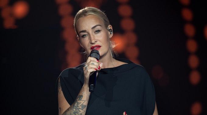 Die deutsche Sängerin Sarah Connor steht im Juli 2021 auf der Bühne der ARD-Benefizgala in Leipzig.