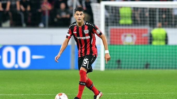 Palacios führt den Ball eng am Fuß.