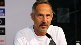 Adi Hütter, Trainer von Borussia Mönchengladbach, hier am 16. September 2021 im Borussia-Park, hat klare Vorstellungen, wie seine Mannschaft agieren soll, um im Bundesligaduell beim FC Augsburg erfolgreich zu sein. Hütter spricht in das Mikro.