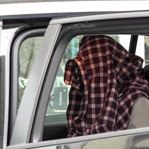 Am 16. September 2021 sitzt ein Mann nach seiner Festnahme im Zusammenhang mit dem mutmaßlich geplanten Anschlag auf die Hagener Synagoge in einem Auto der Einsatzkräfte. Nach dem Polizeieinsatz hat die Polizei vier Menschen festgenommen, darunter einen 16-Jährigen in Hagen.