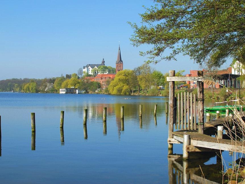 Blick auf die Stadt Plön am Großen Plöner See.