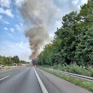 Am 17. September brennt bei Neuss auf der A46 ein Gelenkbus.