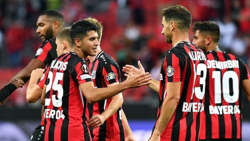 Lucas Alario und Exequiel Palacios klatschen sich ab