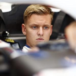 Mick Schumacher sitzt beim Großen Preis von Ungarn in seinem Haas.