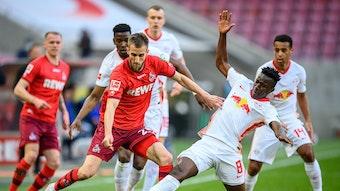 Leipzigs Amadou Haidara (weiss) gegen Koelns Dominick Drexler.