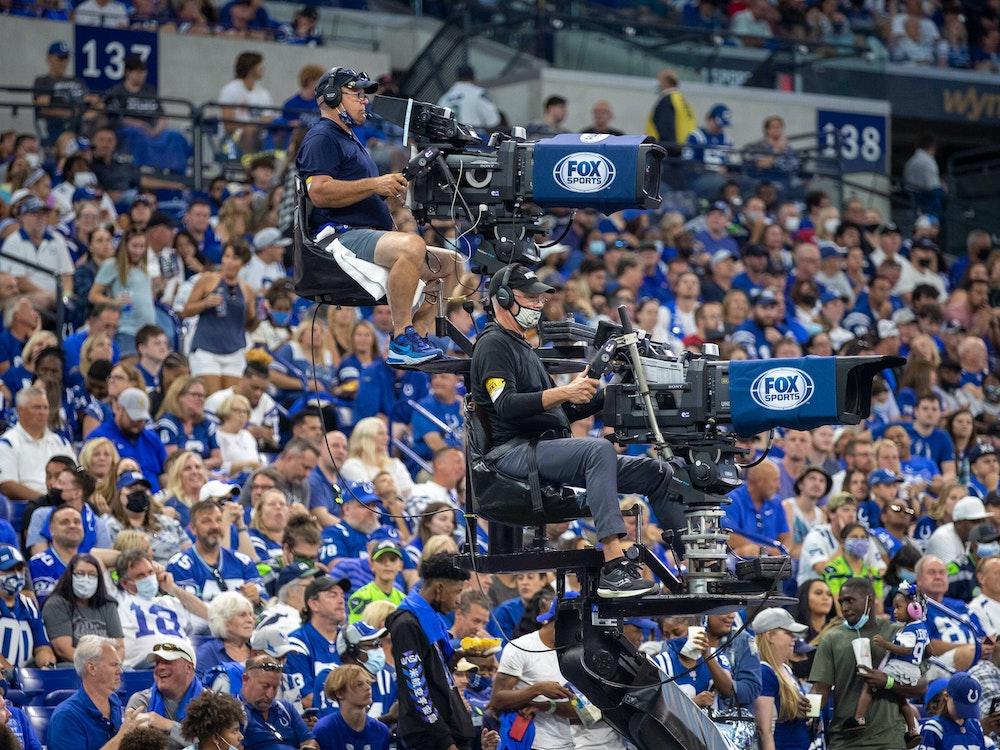 Ein Kameraturm mit zwei Kameras im Lucas Oil Stadium in der NFL