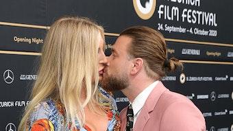 Alana Netzer und Ehemann Baschi küssen sich am 24. september 2020 in Zurüch.